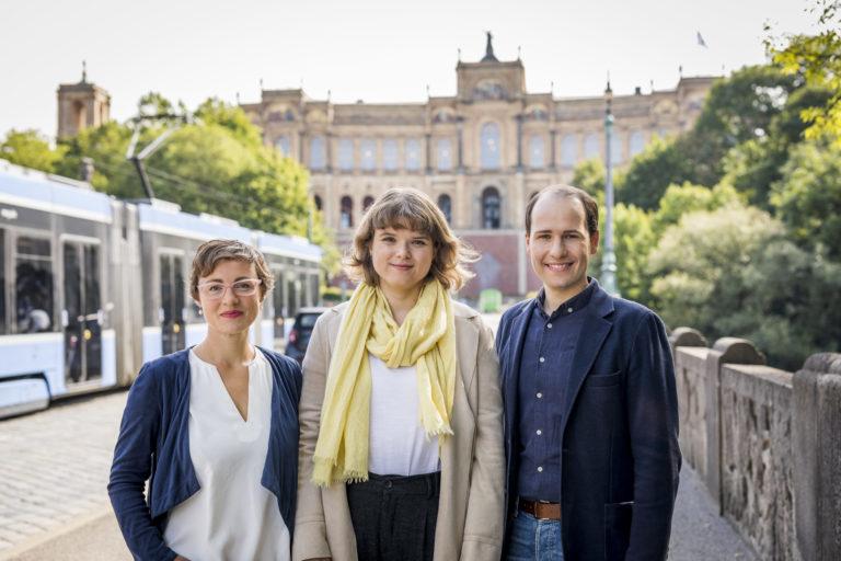 Teamfoto von Tim Pargent und seinen Mitarbeiterinnen im München vor dem Landtag