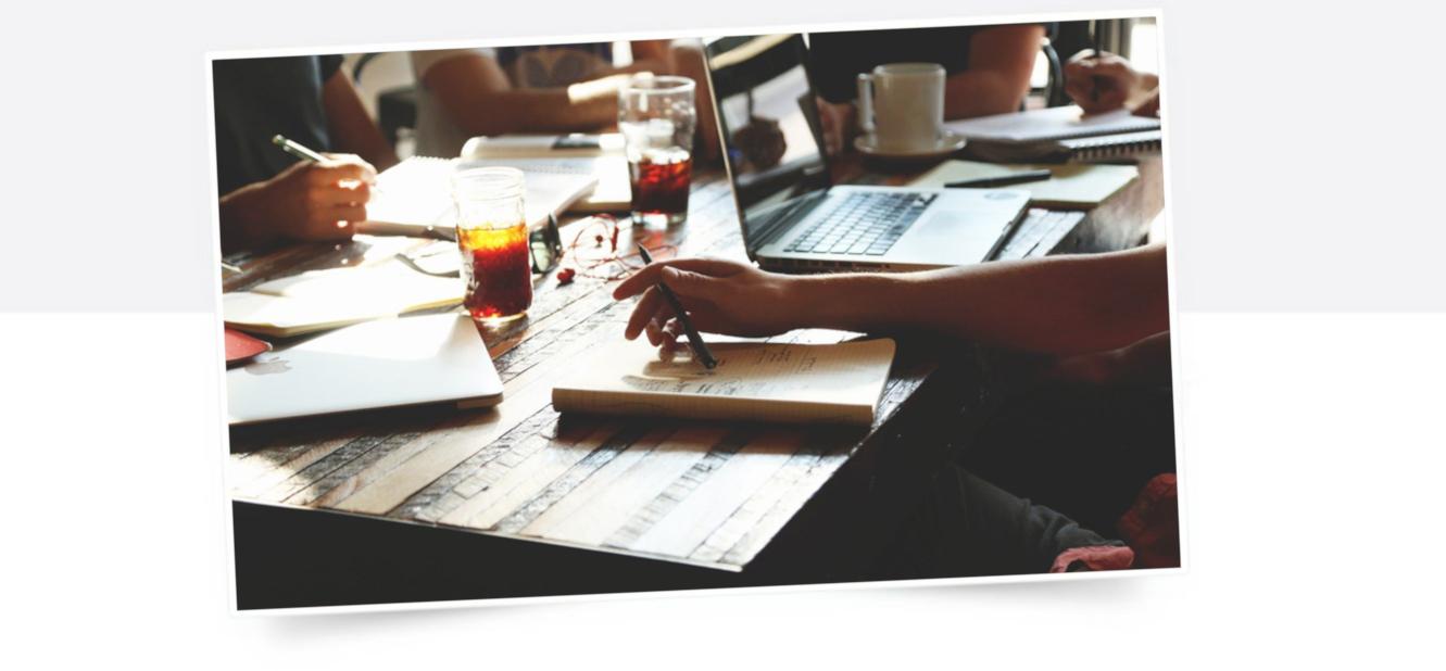Teamsitzung mit Notizen und Laptop