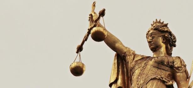 Foto einer Justizia Statue, Symbol für Gerechtigkeit und Neutralität