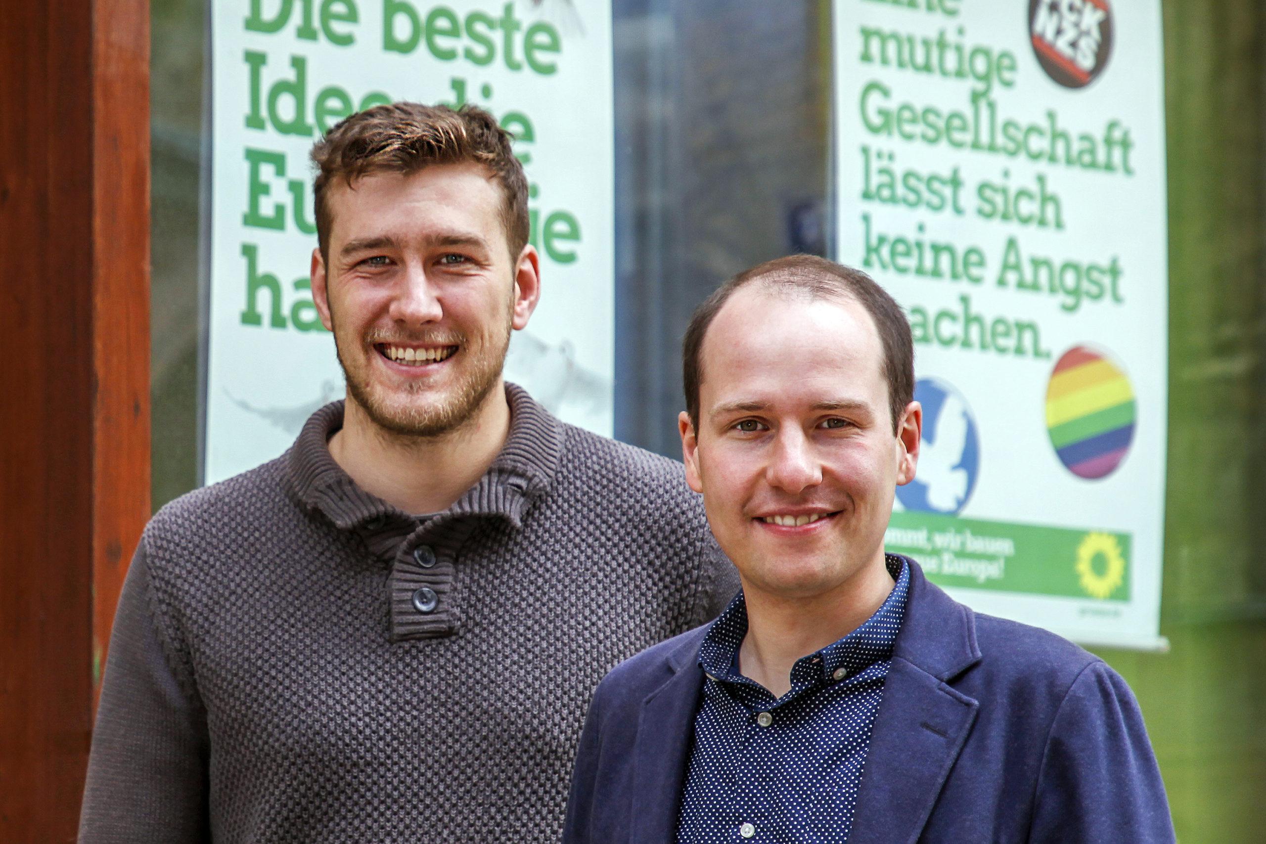 Teamfoto von Tim Pargent und seinem Mitarbeiter vor seinem Bayreuther Büro
